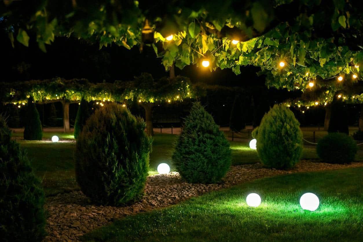 jardin de nuit avec luminaires